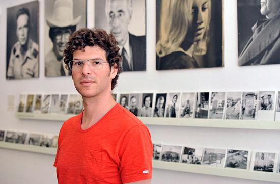 Ben Peter vor den Fotos seines Großvaters im Photo Shop Pri-Or. (2012 © Matthias Hinrichsen)