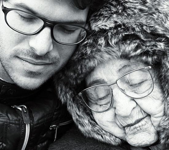 Ben Peter mit seiner Großmutter Miriam Weissenstein auf dem Filmplakat. (© Moviemento)