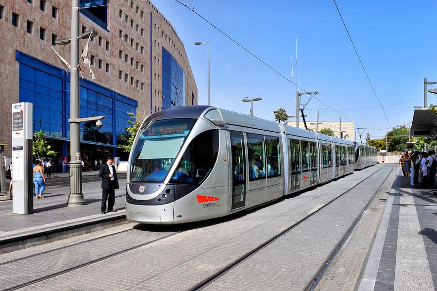 Der Light Rail Train, die Jerusalemer Straßenbahn, an der Haltestelle vor dem Zentralbahnhof. (© Matthias Hinrichsen)