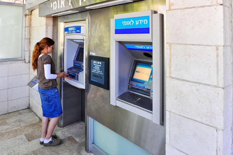 Geldwechsel: Die Geldentnahme an einem Automaten in Israel ist nicht viel schwieriger als in Deutschland, jedoch müssen Sie ein paar englische Begriffe kennen. (© Matthias Hinrichsen)