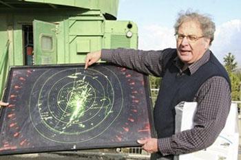 Prof. Yossi Leshem erklärt die Flugrouten der Zugvögel. (© Thomas Krumenacker)