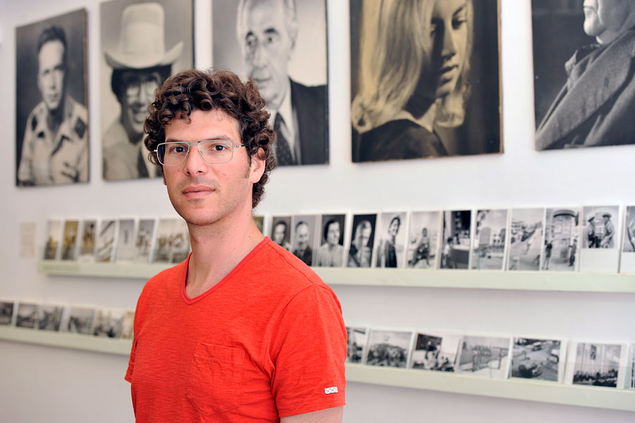 Ben Peter vor den Fotos seines Großvaters im Photohouse Pri-Or. (2012 © Matthias Hinrichsen)