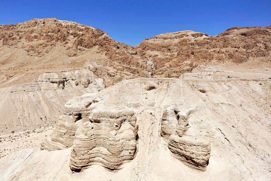 Die Höhlen von Qumran von der Besucherplattform aus gesehen. (© Matthias Hinrichsen)