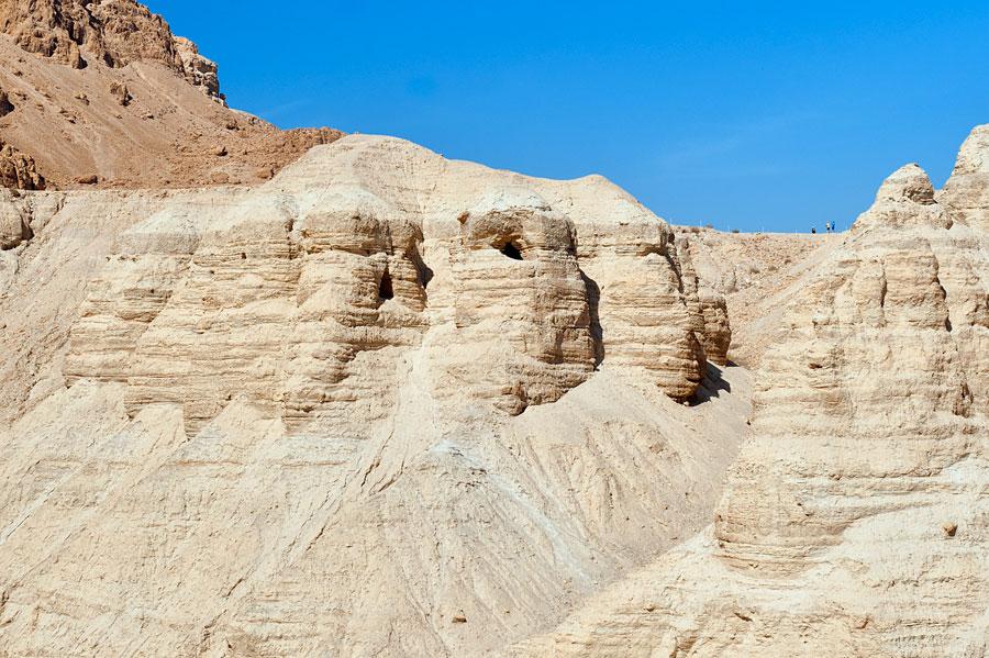 Die Höhlen von Qumran Nummer 4, 5 und 7 bis 10. (© Matthias Hinrichsen)