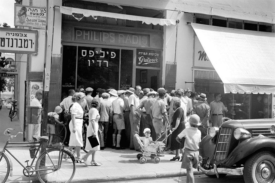 Passanten in Tel Aviv hören am 1. September 1939 die Nachricht vom Ausbruch des Zweiten Weltkriegs. (Foto: Rudi Weissenstein © Photohouse Pri-Or)