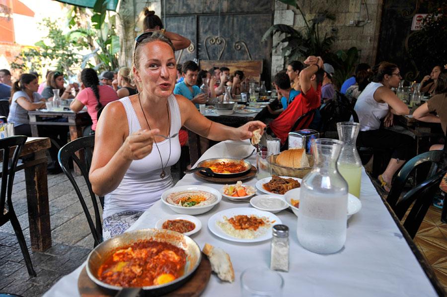 Das arabische Gericht Shakshuka wird in Jaffa in originaler Zubereitung serviert. Tipp: Bestellen Sie neben dem Hauptgericht maximal zwei Beilagen. Es wird reichlich serviert! (© Matthias Hinrichsen)