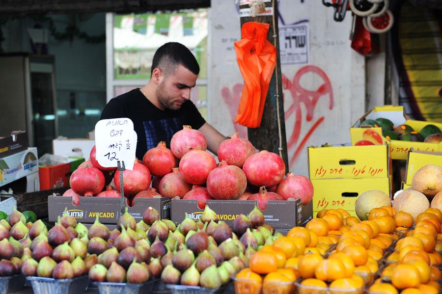 Zahlreiche Obst- und Gemüsehändler bieten aromatische Frischware auf dem Carmel Markt an. (© Matthias Hinrichsen)