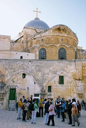 Reisegruppe bei der Grabeskirche in Jerusalem. (© Biblische Reisen)