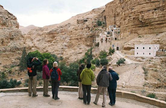 Reisegruppe im Wadi Qelt beim Georgskloster. (© Biblische Reisen)