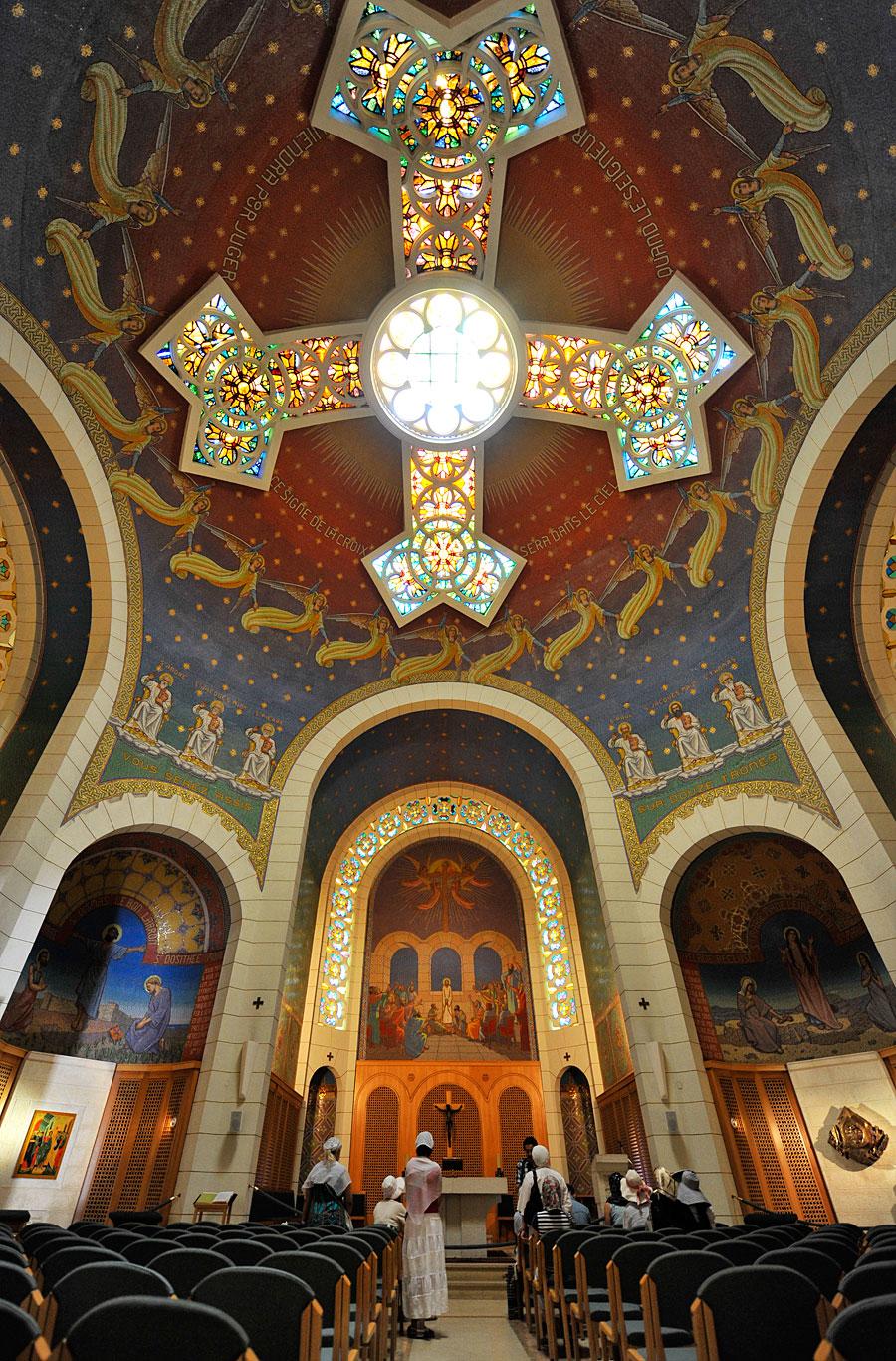 Der obere Kirchraum mit kreuzförmigem Fenster in der Kuppel. (© Matthias Hinrichsen)