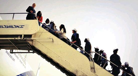 Äthopische Juden besteigen ein Flugzeug nach Israel. (© ELAL)