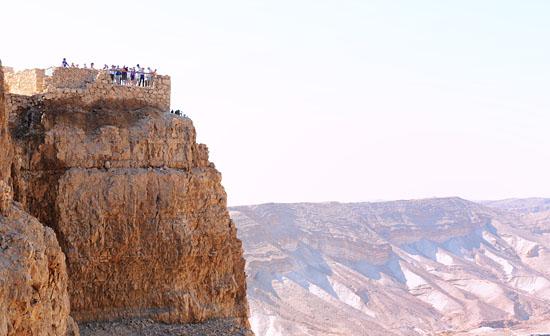 Als Gruppe die Felsenfestung Masada inmitten der Wüste zu besuchen, ist ein ganz besonderes Erlebnis. (© Matthias Hinrichsen)