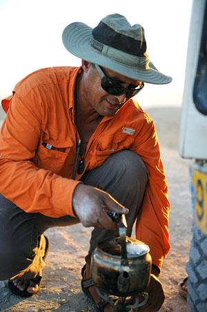 Feldmäßig bereitet der Beduinen-Guide einen kräftigen Kaffee zu. (© Matthias Hinrichsen)