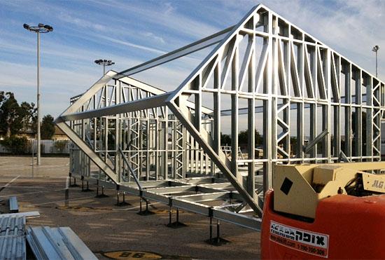 Der Prototyp des israelischen Solarhauses wird derzeit auf einem Parkplatz in Haifa errichtet. (©  Israeli sd team 2013)