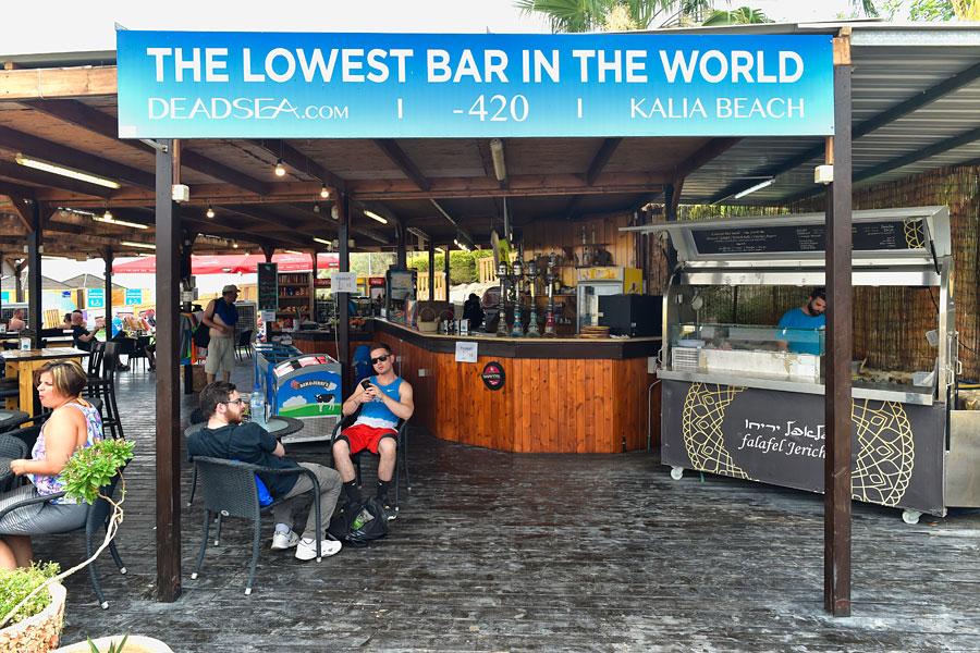 Kalia Beach ist die am tiefsten gelegene Bar der Welt.