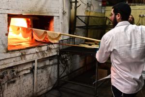 Herstellung von Mazze, dem ungesäuerten Brot, zu Pessach. (© Gideon Kobi/GPO)