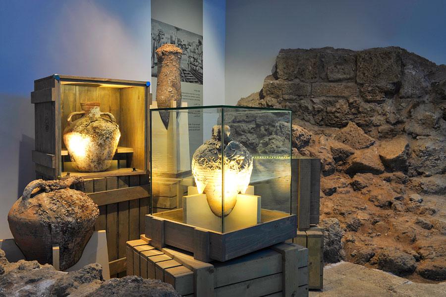 Amphoren aus römischer Zeit im Old Jaffa Besucherzentrum. (© Matthias Hinrichsen)