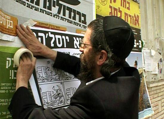 Micha Rothschild wettert mit Plakaten gegen das Internet. (© SWR)