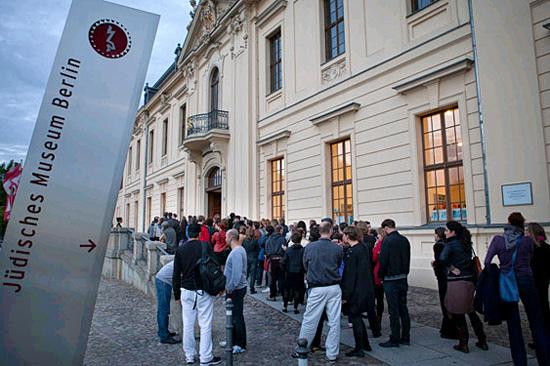 Besucher vor dem Haupteingang des Jüdischen Museums Berlin. (© Ernst Fesseler/JMB)