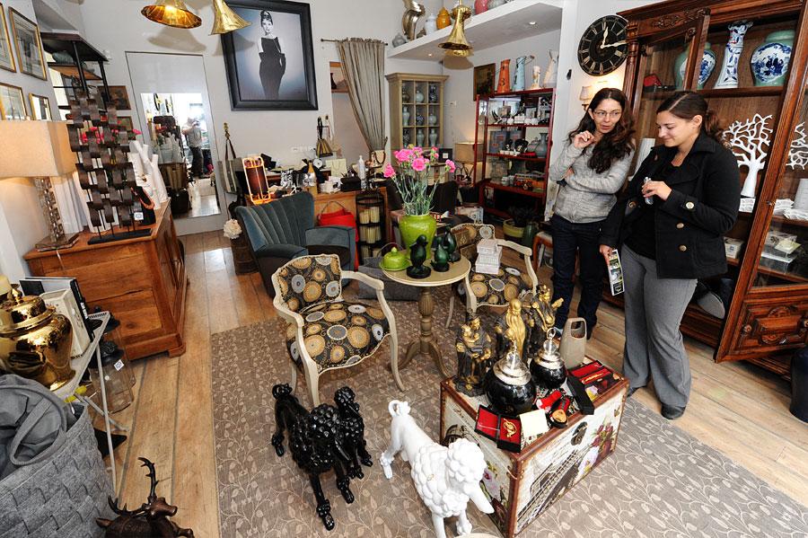 Erst vor wenigen Monaten hat Zahava Shahar ihren Laden mit ausgefallen Möbeln und Dekorationen eröffnet. (© Matthias Hinrichsen)