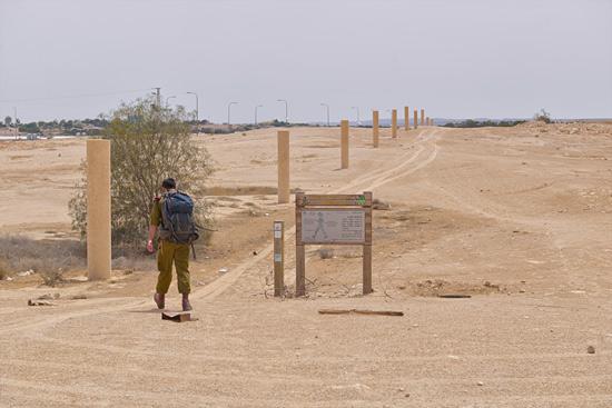 Ein israelischer Soldat hat Feierabend und nutzt den Weg an den Friedenssäulen vorbei. (© Matthias Hinrichsen)