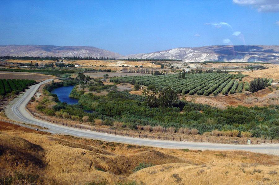 Ruhig fließt der Jordan als Grenzfluss zwischen Jordanien und Israel. (© Matthias Hinrichsen)