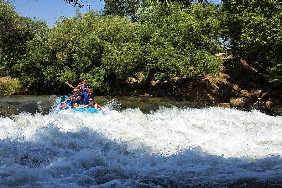 Für den Freizeitspaß werden Rafting-Touren auf dem Oberlauf des Jordan angeboten. (© IMoT)