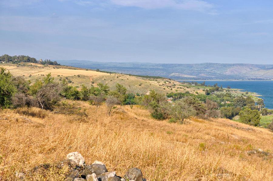 Der Berg der Seligpreisungen ist eine kleine Erhebung am Nordufer des See Genezareth. Im Vordergrund ist Tabgha gelegen, die Kirche der Seligpreisungen am linken Bildrand auf der Erhebung. (© Matthias Hinrichsen)
