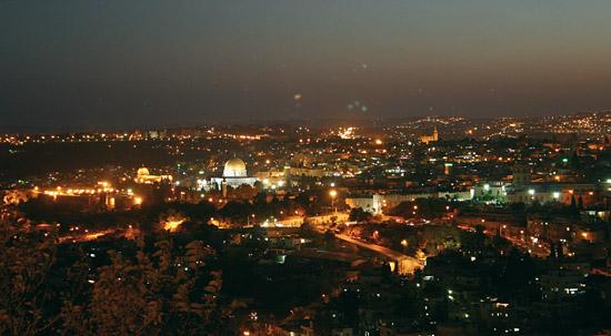 Jerusalem mit nächtlicher Beleuchtung. (© Biblische Reisen)