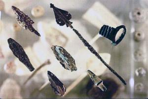 Antike Pfeilspitzen fanden sich in tieferen Erdschichten. (© Siebenberg House)
