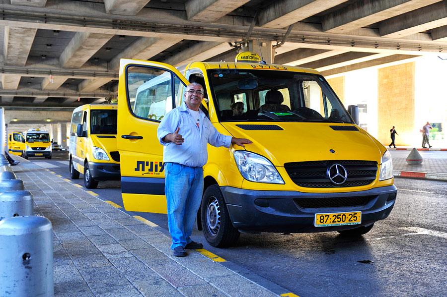 Am Flughafen Ben Gurion bei Tel Aviv bringen Sherut Taxi Passagiere für rund zehn Euro nach Jerusalem. (© Matthias Hinrichsen)