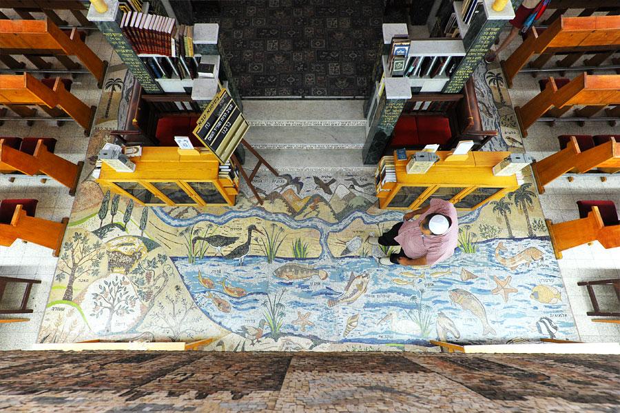 Der gesamte Fußboden der Synagoge ist mit biblischen Motiven aus Mosaiksteinen bedeckt. (© Matthias Hinrichsen)
