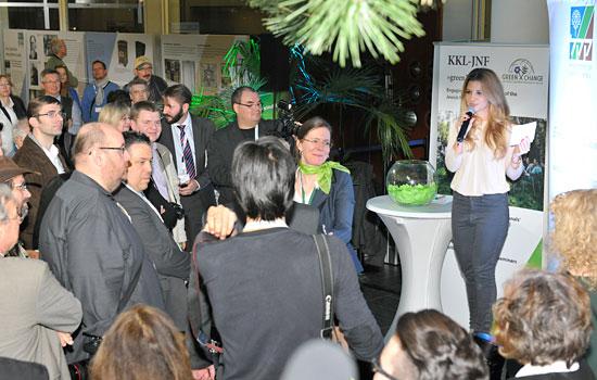 Susan Sideropulos leitete das Ziehen der Gewinner bei der großen Tombola des JNF-KKL. (© Matthias Hinrichsen)