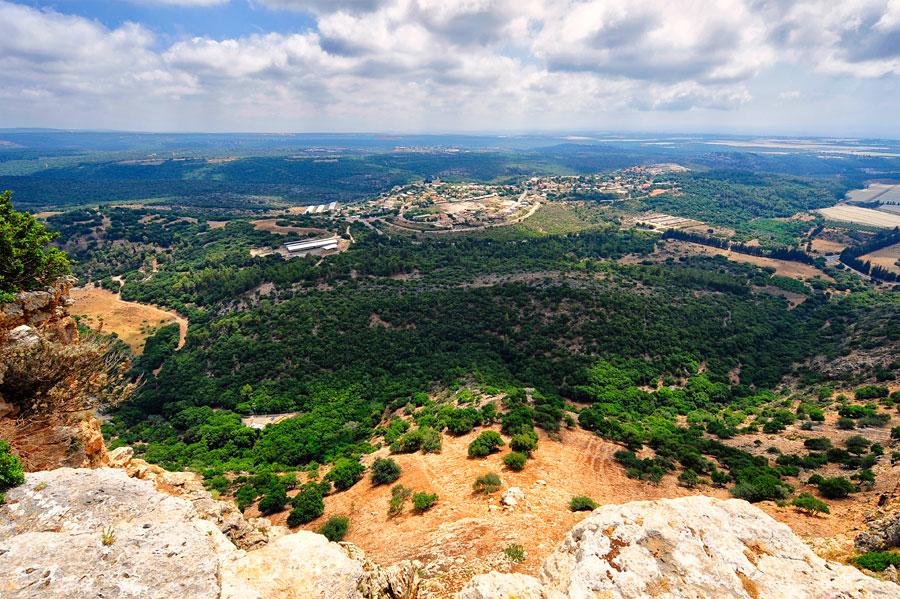 Blick von der Keshet Höhle ins weite westliche Galiläa, im Vordergrund liegt Ja'ara. (© Matthias Hinrichsen)
