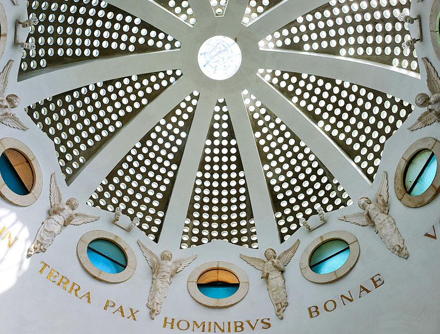 Schlicht aber beeindruckend ist die Kuppel der Franziskaner-Kapelle gestaltet. (© Matthias Hinrichsen)