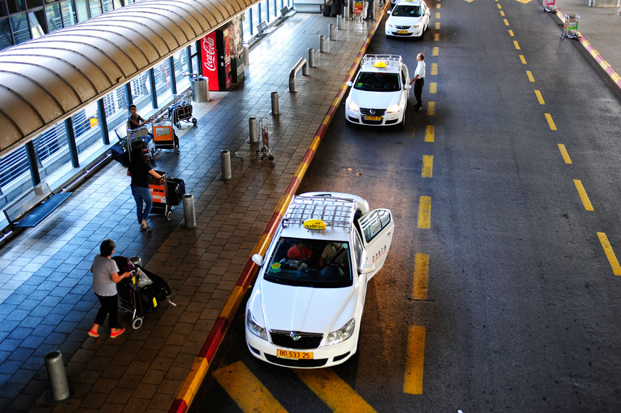 Taxi-Stand am Flughafen Ben Gurion, Israel.