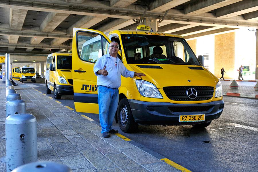 Die Sammeltaxis, Sherut genannt, bringen die Fluggäste vom Flughafen Ben Gurion sicher, schnell und preiswert in die Umgebung direkt bis zur Unterkunft. (© Matthias Hinrichsen)