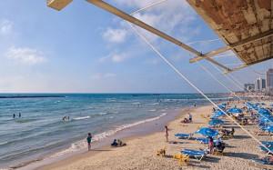 Rettungsschwimmer haben einen guten Überblick über den Strand, hier in Tel Aviv. (© Matthias Hinrichsen)