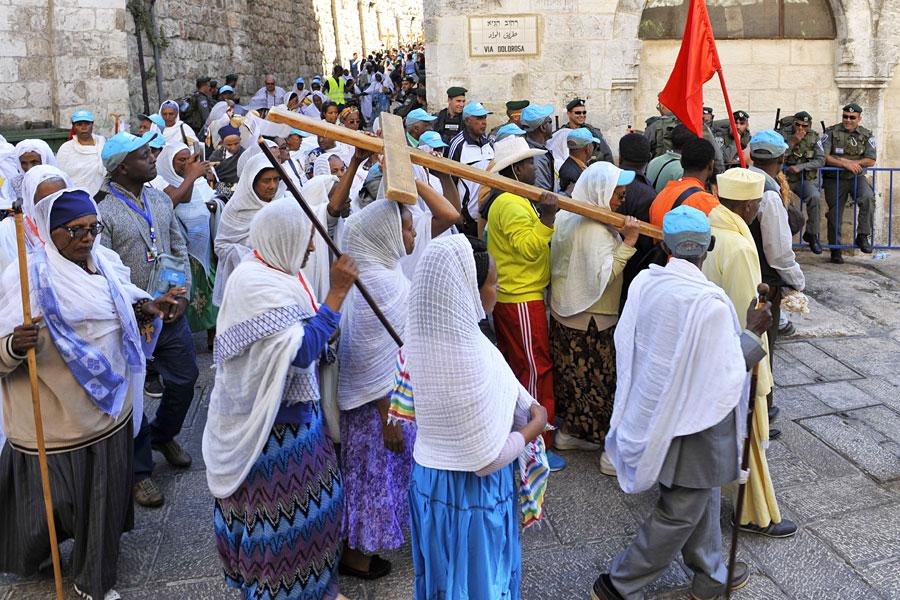 Gläubige aus aller Welt folgen den Stationen auf der Via Dolorosa in Jerusalem. (© IsraelMagazin)