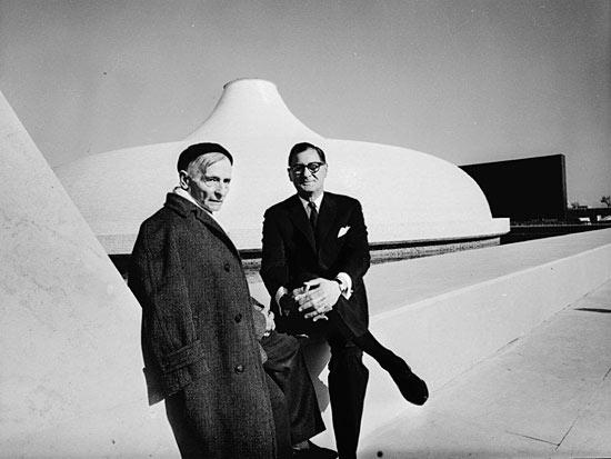 Frederic Kiesler (links) und Armand Bartos bei der Eröffnung des Schrein des Buches am 1. April 1965. (Foto: David Harris/Israel Museum)