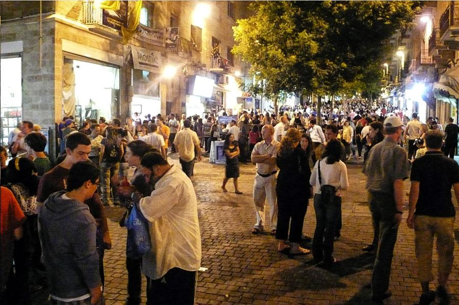 In Jerusalem kommen Hunderte von Menschen in der Ben Yehuda Straße zusammen, um den Beginn einer neuen Woche zu feiern. (© Matthias Hinrichsen)