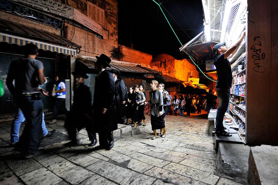 Jüdische Familien auf dem Heimweg, nachdem sie an der Klagemauer gebetet haben. (© Matthias Hinrichsen)
