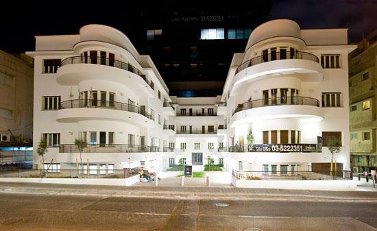 Wohltuend heben sich die alten Gebäude in ihrem architektonischen Stil von den modernen Hochhäusern ab. (© Matthias Hinrichsen)