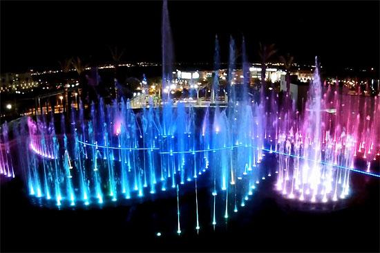 Auf 1.500 Quadratmetern präsentiert sich das  neue Wasserspektakel in Eilat als echter Augen- und Ohrenschmaus. (© www.atlanticfountains.com)