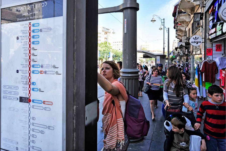 An den Haltestellen der Straßenbahn Jerusalem gibt es umfassende Informationen. (© Matthias Hinrichsen)