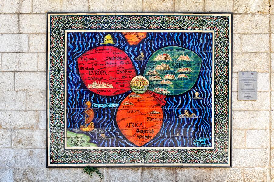 Kleeblatt-Weltkarte (Itinerarium Sacrae Scripturae) aus armenischer Keramik vom Jerusalem Künstler Arman Darian nach dem Original von Heinrich Bünting (Magdeburg) aus dem Jahr 1581. (© Matthias Hinrichsen)