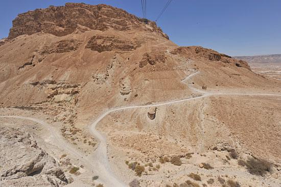 Vor Sonnenaufgang kann Masada vom Osten her über den Schlangenpfad erklommen werden. (© Matthias Hinrichsen)