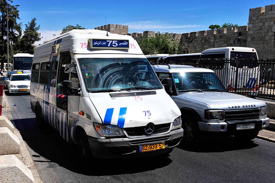 Bus 75 wird von einer arabischen Gesellschaft geführt. Vom Damaskustor starten diese Busse in die Westbank und nach Ost-Jerusalem. (© Matthias Hinrichsen)