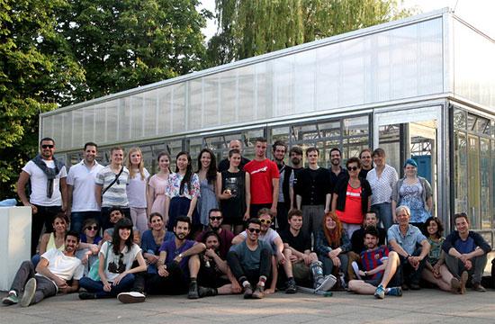 """Deutschen und israelische Auszubildende  sowie Studenten der Architektur und des Bauingenieurwesens bauen gemeinsam den """"Israelisch-Deutscher-Pavillon"""" in der Tel Aviv Universität. (© zukunftsgeraeusche)"""