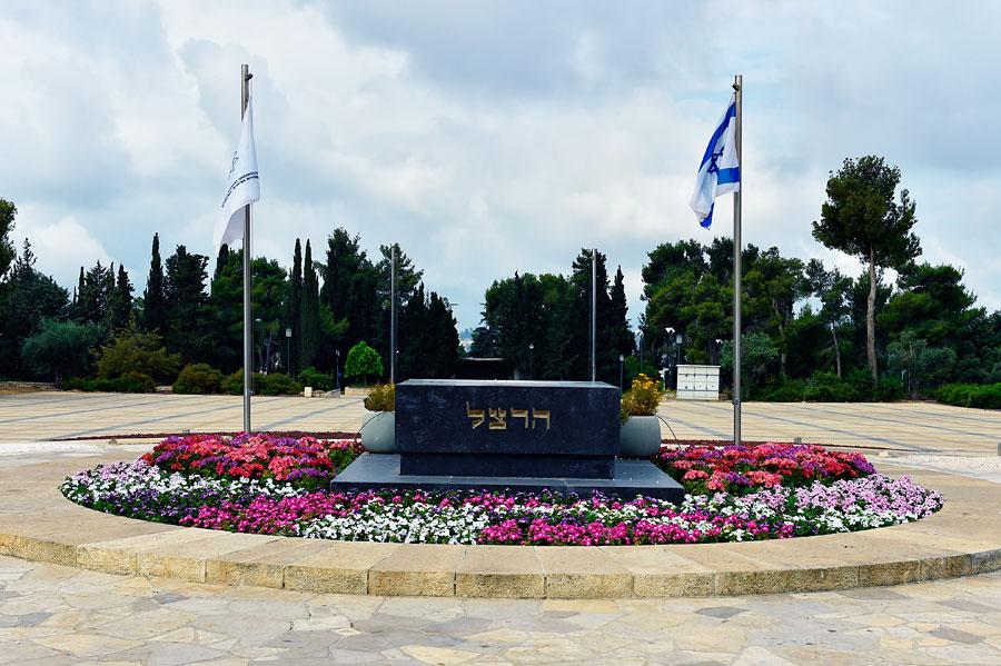 Das Grab Theodor Herzls mit dem angrenzenden großen Platz bildet den zentralen Ort auf dem Herzlberg. (© Bastian Glumm)